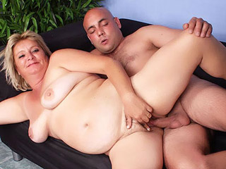Slutty older babe Sussana exposes her chunky ass and spreading her legs for a pounding